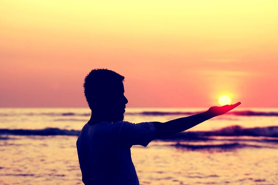 sun-in-hand-693382_960_720